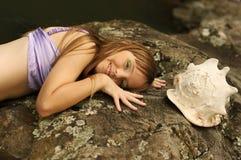 όμορφο θαλασσινό κοχύλι κοριτσιών Στοκ φωτογραφία με δικαίωμα ελεύθερης χρήσης