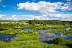 Όμορφο θερινό αγροτικό τοπίο με έναν ποταμό Στοκ Φωτογραφία