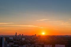 Όμορφο θερινό ηλιοβασίλεμα πέρα από τη μητρόπολη στοκ φωτογραφίες