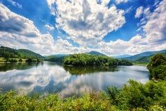 Όμορφο θερινό πρωινό τοπίο, μαίανδρος του ποταμού με την αντανάκλαση, πράσινα λόφοι και βουνά και ζαλίζοντας μπλε νεφελώδης ουραν στοκ φωτογραφίες με δικαίωμα ελεύθερης χρήσης