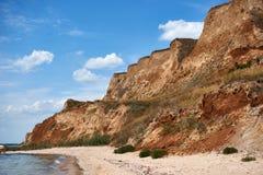 Όμορφο θερινό τοπίο θάλασσας, άγρια κινηματογράφηση σε πρώτο πλάνο παραλιών, παραλία με τους υψηλούς λόφους και νεφελώδης ουρανός Στοκ Εικόνα
