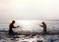 όμορφο θερινό ύδωρ ημέρας ζευγών στοκ εικόνα