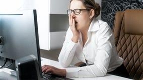 Όμορφο θηλυκό κύριο χασμουρητό εργαζόμενος στην αρχή Στοκ Εικόνες