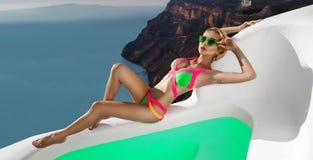Όμορφο θηλυκό ξανθό πρότυπο με ένα τέλειες σώμα και μια κατάπληξη μακρυμάλλη στο νησί Santorini στην Ελλάδα Στοκ εικόνες με δικαίωμα ελεύθερης χρήσης