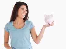 Όμορφο θηλυκό που κρατά μια piggy τράπεζα Στοκ Φωτογραφίες
