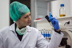 Όμορφο θηλυκό ιατρικό ή επιστημονικό docto ερευνητών ή γυναικών στοκ εικόνα με δικαίωμα ελεύθερης χρήσης