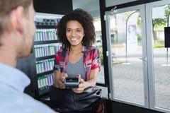 Όμορφο θηλυκό που κάνει την πληρωμή με την πιστωτική κάρτα Στοκ Εικόνες