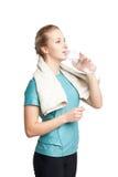 Όμορφο θηλυκό πρότυπο ικανότητας που κρατά ένα μπουκάλι νερό, που φορά την πετσέτα στοκ εικόνα με δικαίωμα ελεύθερης χρήσης