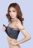 Όμορφο θηλυκό πρότυπο που φορά την γκρίζα κορυφή δεξαμενών στοκ φωτογραφία με δικαίωμα ελεύθερης χρήσης