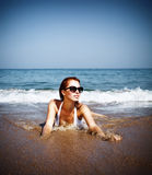 Όμορφο θηλυκό στην παραλία Στοκ Φωτογραφίες