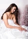 Όμορφο θηλυκό στον ύπνο peignoir στο κρεβάτι στο πλαίσιο των φύλλων μεταξιού Στοκ φωτογραφία με δικαίωμα ελεύθερης χρήσης