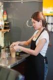 Όμορφο θηλυκό bartender της Ασίας κάνει τον παγωμένο καφέ στον καφέ Στοκ Εικόνες