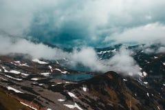 Όμορφο θλιβερό τρομακτικό τοπίο βουνών με δύο λίμνες Στοκ φωτογραφίες με δικαίωμα ελεύθερης χρήσης