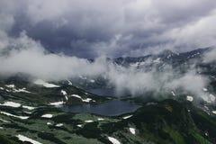 Όμορφο θλιβερό τρομακτικό τοπίο βουνών με δύο λίμνες Στοκ Εικόνα