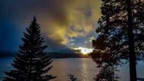 Όμορφο θυελλώδες ηλιοβασίλεμα πέρα από Arrowhead λιμνών, Καλιφόρνια Στοκ Φωτογραφίες