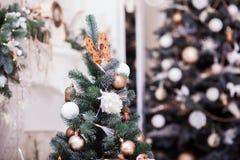 όμορφο διάνυσμα δέντρων απεικόνισης Χριστουγέννων ανασκόπησης καλυμμένα όρη σπιτιών ελβετικά χειμερινά δάση χιονιού σκηνής μικρά Στοκ Φωτογραφίες