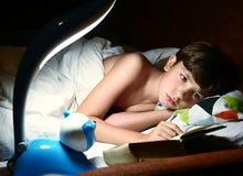 Όμορφο διαβασμένο αγόρι βιβλίο Preteen πριν από τον ύπνο Στοκ εικόνες με δικαίωμα ελεύθερης χρήσης
