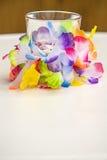 Όμορφο διακοσμημένο γυαλί με το ζωηρόχρωμο έγγραφο Στοκ εικόνες με δικαίωμα ελεύθερης χρήσης