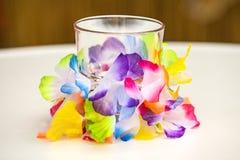 Όμορφο διακοσμημένο γυαλί με το ζωηρόχρωμο έγγραφο Στοκ Φωτογραφία