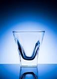 Όμορφο διαφανές γυαλί σε ένα μπλε υπόβαθρο Στοκ Φωτογραφία