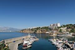 Όμορφο λιμάνι Antalya με τα πλέοντας σκάφη, τις βάρκες του Φίσερ και τους τοίχους πόλεων Στοκ εικόνα με δικαίωμα ελεύθερης χρήσης
