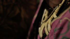 Όμορφο ινδικό άτομο αμερικανών ιθαγενών στο παραδοσιακό φόρεμα τη νύχτα απόθεμα βίντεο