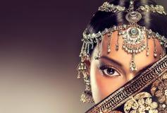 Όμορφο ινδικό πορτρέτο γυναικών με το κόσμημα στοκ εικόνες