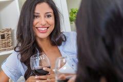 Όμορφο ισπανικό κρασί κατανάλωσης γυναικών του Λατίνα με έναν φίλο στοκ φωτογραφία