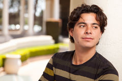 Όμορφο ισπανικό νέο ενήλικο άτομο Στοκ εικόνα με δικαίωμα ελεύθερης χρήσης