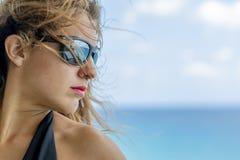 Όμορφο ισπανικό Brunette πρότυπο Lounging γύρω σε ένα θέρετρο στοκ φωτογραφίες με δικαίωμα ελεύθερης χρήσης