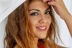 Όμορφο ισπανικό Brunette πρότυπο Lounging γύρω σε ένα θέρετρο στοκ φωτογραφίες