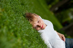 όμορφο κάτω να βρεθεί χλόη&sigma Στοκ φωτογραφία με δικαίωμα ελεύθερης χρήσης