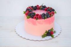 όμορφο κέικ γενεθλίων με τα βατόμουρα και τα βακκίνια στοκ εικόνες