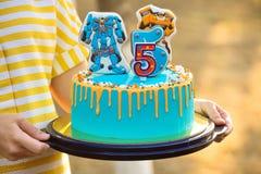 Όμορφο κέικ γενεθλίων στα χέρια ενός κοριτσιού στοκ εικόνες