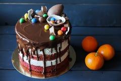 Όμορφο κέικ με το μ-ν-μ, καλύτερος και την ειρήνη της σοκολάτας, tangerines στοκ εικόνες
