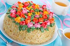 Όμορφο κέικ λουλουδιών, buttercream κέικ ανθοδεσμών τουλιπών springti Στοκ Φωτογραφία