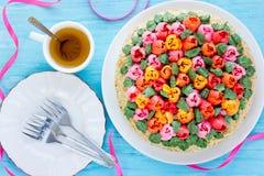 Όμορφο κέικ λουλουδιών, buttercream κέικ ανθοδεσμών τουλιπών springti Στοκ Εικόνα