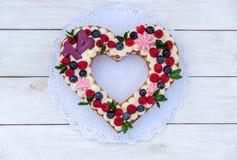 Όμορφο κέικ υπό μορφή καρδιάς με τον αριθμό δεκατέσσερα στοκ εικόνα με δικαίωμα ελεύθερης χρήσης