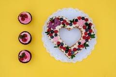 Όμορφο κέικ υπό μορφή καρδιάς με τον αριθμό δεκατέσσερα στοκ φωτογραφία με δικαίωμα ελεύθερης χρήσης