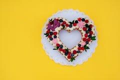 Όμορφο κέικ υπό μορφή καρδιάς με τον αριθμό δεκατέσσερα στοκ εικόνα