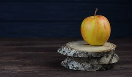 Όμορφο κίτρινο μήλο Στοκ εικόνα με δικαίωμα ελεύθερης χρήσης