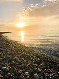 Όμορφο κίτρινο φωτεινό ηλιοβασίλεμα στη θάλασσα, ποταμός, λίμνη, λίμνη, νερό στη δύσκολη παραλία ενός τροπικού θερμού θερέτρου με στοκ εικόνες με δικαίωμα ελεύθερης χρήσης