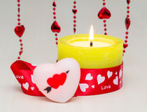 Όμορφο καίγοντας κερί ημέρας βαλεντίνων του ST δίπλα σε μια καρδιά Στοκ Εικόνα