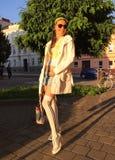 Όμορφο καθιερώνον τη μόδα κορίτσι σε μια οδό πόλεων Στοκ Φωτογραφίες