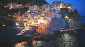 Όμορφο και άνετο χωριό Manarola στην επιφύλαξη Cinque Terre στο ηλιοβασίλεμα Περιοχή της Λιγυρίας της Ιταλίας φιλμ μικρού μήκους