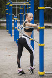 Όμορφο και αθλητικό κορίτσι που στέκεται κοντά στους φραγμούς Αθλητισμός Στοκ Εικόνα