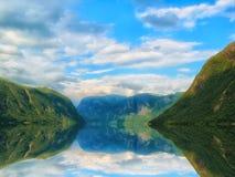 Όμορφο και δραματικό τοπίο της Νορβηγίας με τα βουνά και θάλασσα στο φιορδ Στοκ φωτογραφία με δικαίωμα ελεύθερης χρήσης