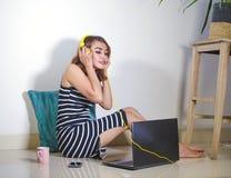 Όμορφο και ευτυχές κορίτσι freelancer που χρησιμοποιεί το φορητό προσωπικό υπολογιστή workin στοκ εικόνες