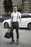 Όμορφο και μοντέρνο άτομο στην άσπρη μπλούζα και τα μαύρα τζιν που θέτουν κατά τη διάρκεια της εβδομάδας μόδας του Λονδίνου εξωτε Στοκ εικόνα με δικαίωμα ελεύθερης χρήσης