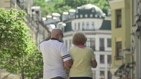 Όμορφο και μοντέρνο ανώτερο ζεύγος που περπατά στην πόλη απόθεμα βίντεο